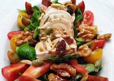 Ensalada de canónigos con selección de tomates, queso de Cabra y frutos secos